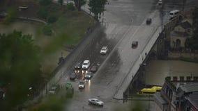 Τα αυτοκίνητα πηδούν τη γέφυρα απόθεμα βίντεο