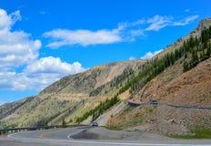 Τα αυτοκίνητα πλοηγούν προσεκτικά switchbacks στην κορυφή των βουνών Beartooth στοκ φωτογραφίες με δικαίωμα ελεύθερης χρήσης