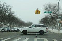Τα αυτοκίνητα που διασχίζουν τον ωκεάνιο χώρο στάθμευσης στο Μπρούκλιν, Νέα Υόρκη μετά από την ογκώδη χειμερινή θύελλα Niko χτυπο Στοκ εικόνα με δικαίωμα ελεύθερης χρήσης
