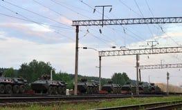 Τα αυτοκίνητα ραγών με των ρωσικών 300 στρατευμάτων και και ο στρατιωτικός εξοπλισμός 20 έφθασαν στο Μινσκ στοκ φωτογραφίες
