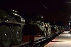 Τα αυτοκίνητα ραγών με των ρωσικών 300 στρατευμάτων και και ο στρατιωτικός εξοπλισμός 20 έφθασαν στο Μινσκ στοκ εικόνα