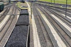 Τα αυτοκίνητα ραγών που φορτώθηκαν τον άνθρακα με τον άνθρακα, ένα τραίνο μετέφεραν Στοκ φωτογραφία με δικαίωμα ελεύθερης χρήσης