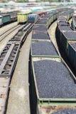 Τα αυτοκίνητα ραγών που φορτώθηκαν τον άνθρακα με τον άνθρακα, ένα τραίνο μετέφεραν Στοκ εικόνες με δικαίωμα ελεύθερης χρήσης