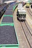 Τα αυτοκίνητα ραγών που φορτώθηκαν τον άνθρακα με τον άνθρακα, ένα τραίνο μετέφεραν Στοκ Εικόνες