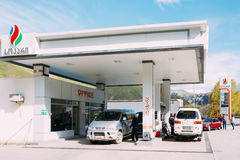Τα αυτοκίνητα της Mitsubishi ανεφοδιάζουν σε καύσιμα στο βενζινάδικο SOCAR Κρατικό πετρέλαιο Compan Στοκ Εικόνα