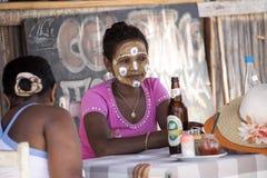 Τα αυτοώμονα κορίτσια διακοσμούν τα πρόσωπά τους, πορτοκαλιά ακτή Amoronia, Μαδαγασκάρη Στοκ εικόνες με δικαίωμα ελεύθερης χρήσης