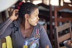 Τα αυτοώμονα κορίτσια διακοσμούν τα πρόσωπά τους, πορτοκαλιά ακτή Amoronia, Μαδαγασκάρη Στοκ φωτογραφία με δικαίωμα ελεύθερης χρήσης