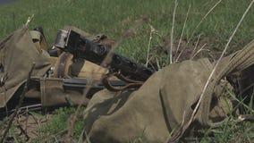 Τα αυτόματα όπλα και ο Δεύτερος Παγκόσμιος Πόλεμος εξοπλισμού βρίσκονται στο έδαφος κοντά στην τάφρο φιλμ μικρού μήκους