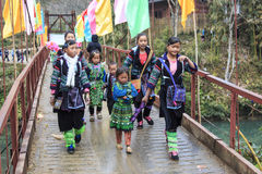 Τα αυτόχθές των βουνών Sapa, στο βόρειο Βιετνάμ, έντυσαν με την παραδοσιακή ενδυμασία τους και το περπάτημα στο χωριό τους Στοκ Εικόνες