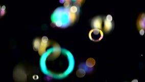 Τα αφηρημένα μικρά φω'τα bokeh πετούν κίνηση αργή Μαύρα υπόβαθρα φιλμ μικρού μήκους