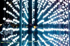 Τα αφηρημένα σημεία του φωτός, αφηρημένο υπόβαθρο τεχνολογίας φαντασίας, ελαφριές χρωματισμένες σφαίρες σε ένα διάστημα άναψαν δι Στοκ φωτογραφία με δικαίωμα ελεύθερης χρήσης