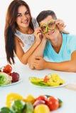 Τα λαχανικά είναι διασκέδαση Η γυναίκα κρατά τις φέτες του πιπεριού πριν από το θόριο Στοκ φωτογραφία με δικαίωμα ελεύθερης χρήσης