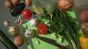 Τα λαχανικά είναι στον πίνακα Τοπ όψη pan 2 πυροβολισμοί φιλμ μικρού μήκους