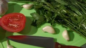 Τα λαχανικά είναι στον πίνακα Τοπ όψη pan 2 πυροβολισμοί απόθεμα βίντεο