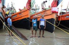 Τα αλιευτικά πλοιάρια & οι εργαζόμενοι Στοκ φωτογραφία με δικαίωμα ελεύθερης χρήσης