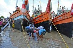 Τα αλιευτικά πλοιάρια & οι εργαζόμενοι Στοκ εικόνες με δικαίωμα ελεύθερης χρήσης