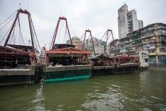 Τα αλιευτικά σκάφη είναι στην αποβάθρα στο λιμένα αλιείας στο Μακάο. Στοκ Φωτογραφία