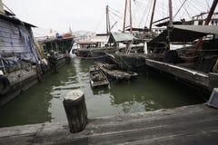 Τα αλιευτικά σκάφη είναι στην ξύλινη αποβάθρα στο λιμένα του Μακάο. Στοκ Φωτογραφίες