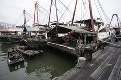 Τα αλιευτικά σκάφη είναι στην ξύλινη αποβάθρα στο λιμένα του Μακάο. Στοκ Εικόνες