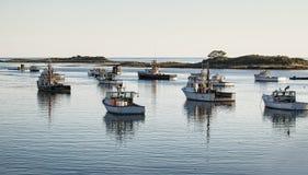 Τα αλιευτικά σκάφη προετοιμάστηκαν να βγούν το πρωί Στοκ φωτογραφία με δικαίωμα ελεύθερης χρήσης