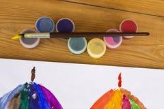 Τα βάζα του watercolor χρωμάτων γκουας στον πίνακα δημιουργικό βρωμίζουν, δημιουργικότητα των παιδιών, σχολείο τέχνης Σχέδιο παιδ στοκ εικόνα