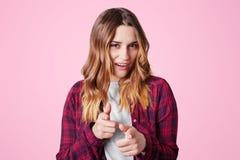 Τα βέβαια όμορφα νέα σημεία γυναικών στη κάμερα με τους αντίχειρες, καταδεικνύουν την επιλογή της, που ντύνεται άνετα, που απομον Στοκ φωτογραφίες με δικαίωμα ελεύθερης χρήσης