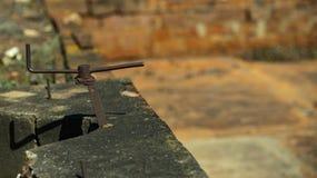 Τα βέλη σιδήρου στις κατευθύνσεις ένα είναι απομονωμένα σε ένα θολωμένο υπόβαθρο Αντικείμενο σιδήρου που μοιάζει με ένα βέλος στοκ εικόνα με δικαίωμα ελεύθερης χρήσης