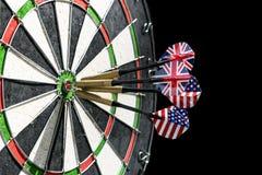 Τα βέλη μετάλλων έχουν χτυπήσει το κόκκινο bullseye σε έναν πίνακα βελών τρισδιάστατη εικόνα παιχνιδιών βελών που δίνεται Το βέλο Στοκ Φωτογραφία
