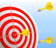 Τα βέλη χτυπούν τον κόκκινο στόχο Στοκ εικόνα με δικαίωμα ελεύθερης χρήσης