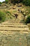 Τα βήματα λόφων με τους επισκέπτες στο sittanavasal ναό σπηλιών σύνθετο Στοκ Εικόνα
