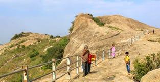Τα βήματα λόφων με τους επισκέπτες στο sittanavasal ναό σπηλιών σύνθετο Στοκ εικόνα με δικαίωμα ελεύθερης χρήσης