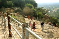 Τα βήματα λόφων με τους επισκέπτες στο sittanavasal ναό σπηλιών σύνθετο Στοκ φωτογραφία με δικαίωμα ελεύθερης χρήσης