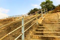 Τα βήματα λόφων με το φράκτη του sittanavasal ναού σπηλιών σύνθετου στοκ εικόνες με δικαίωμα ελεύθερης χρήσης