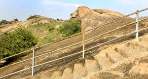 Τα βήματα λόφων με το φράκτη του sittanavasal ναού σπηλιών σύνθετου Στοκ φωτογραφία με δικαίωμα ελεύθερης χρήσης