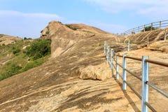 Τα βήματα λόφων με το φράκτη του sittanavasal ναού σπηλιών σύνθετου στοκ εικόνα με δικαίωμα ελεύθερης χρήσης