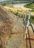 Τα βήματα λόφων με το φράκτη του sittanavasal ναού σπηλιών σύνθετου Στοκ Φωτογραφία