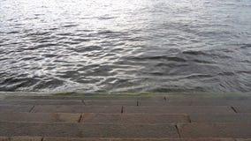 Τα βήματα πλένονται από τον ποταμό απόθεμα βίντεο