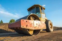 Τα βαριά μηχανήματα κατασκευής εκτελούν την εργασία για ένα εργοτάξιο οικοδομής στοκ φωτογραφίες