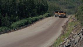 Τα βαριά φορτηγά φέρνουν την πέτρα από το γρανίτη μεταλλείας λατομείων απόθεμα βίντεο