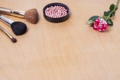 τα βασικά καλλυντικά χρωμάτων περίπτωσης βουρτσών αποβουτυρώνουν eyeliner τη χρυσή τσαντών επιτραπέζια ματαιοδοξία δερμάτων σκονώ Στοκ Φωτογραφία