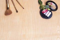 τα βασικά καλλυντικά χρωμάτων περίπτωσης βουρτσών αποβουτυρώνουν eyeliner τη χρυσή τσαντών επιτραπέζια ματαιοδοξία δερμάτων σκονώ Στοκ εικόνα με δικαίωμα ελεύθερης χρήσης
