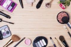 τα βασικά καλλυντικά χρωμάτων περίπτωσης βουρτσών αποβουτυρώνουν eyeliner τη χρυσή τσαντών επιτραπέζια ματαιοδοξία δερμάτων σκονώ Στοκ φωτογραφίες με δικαίωμα ελεύθερης χρήσης