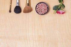 τα βασικά καλλυντικά χρωμάτων περίπτωσης βουρτσών αποβουτυρώνουν eyeliner τη χρυσή τσαντών επιτραπέζια ματαιοδοξία δερμάτων σκονώ Στοκ Εικόνες
