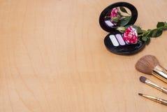 τα βασικά καλλυντικά χρωμάτων περίπτωσης βουρτσών αποβουτυρώνουν eyeliner τη χρυσή τσαντών επιτραπέζια ματαιοδοξία δερμάτων σκονώ Στοκ Φωτογραφίες