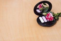 τα βασικά καλλυντικά χρωμάτων περίπτωσης βουρτσών αποβουτυρώνουν eyeliner τη χρυσή τσαντών επιτραπέζια ματαιοδοξία δερμάτων σκονώ Στοκ φωτογραφία με δικαίωμα ελεύθερης χρήσης
