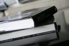 τα βιβλία βάζουν τον πίνακα Στοκ φωτογραφίες με δικαίωμα ελεύθερης χρήσης