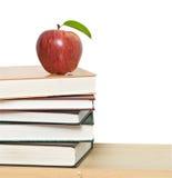 τα βιβλία μήλων συσσωρεύουν το κόκκινο Στοκ Εικόνες
