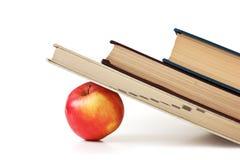 τα βιβλία μήλων συσσωρεύ&omic Στοκ Εικόνα