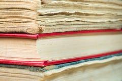 Τα βιβλία στην παλαιά κάλυψη κλείνουν επάνω Στοκ εικόνες με δικαίωμα ελεύθερης χρήσης