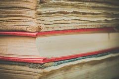 Τα βιβλία στην παλαιά κάλυψη κλείνουν επάνω Στοκ Εικόνα